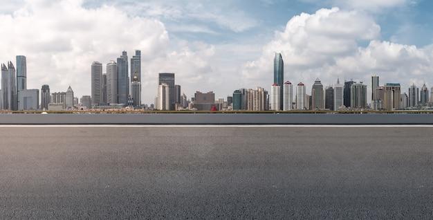 Ver el paisaje blanco largo asfalto azul