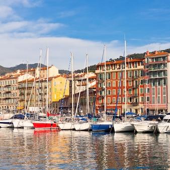 Ver en el puerto de niza y yates de lujo, francia