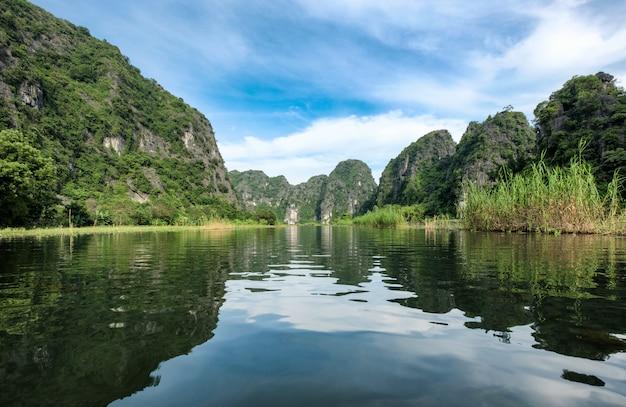 Ver el reflejo de la montaña de piedra caliza en el valle