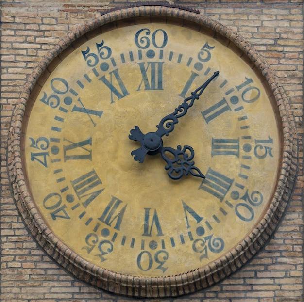 Ver en reloj antiguo en la pared en parma, italia