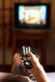 Ver televisión y usar el control remoto.