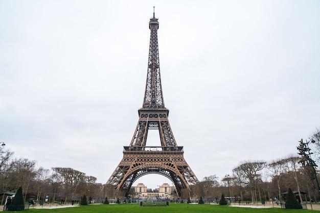 Ver en la torre eiffel desde el champ de mars (campo de marte).