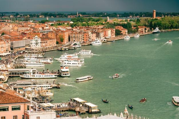Ver en venecia, italia, con cielo tormentoso, desde arriba.