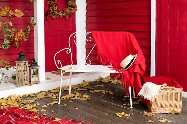 Veranda de casa de campo en hojas de otoño