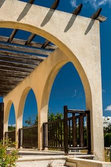 Veranda con vigas de madera de las sombras.