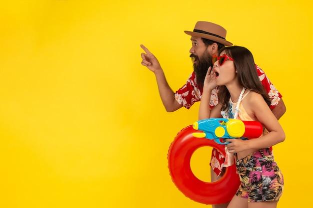 Verano diversión de hombres y mujeres jugando con agua