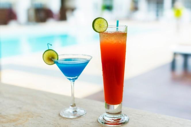 Verano fresco frío bebidas de fruta fresca en el complejo de playa tropical de lujo