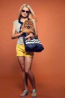 Verano. hermosa rubia con perro