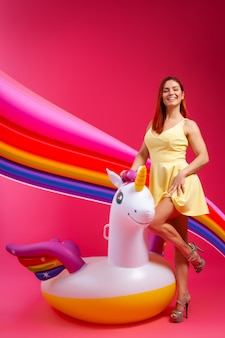Verano moda mujer hermosa en ropa de verano divirtiéndose, smilling y posando con globos.