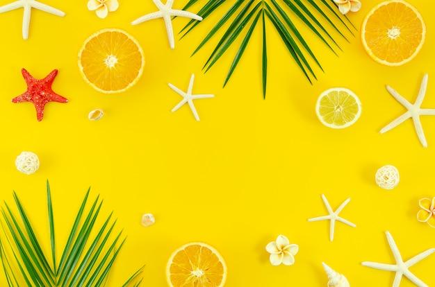 Verano plano pone sobre fondo amarillo con rama de hoja de palma, estrellas de mar