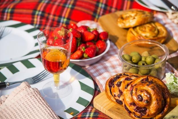 Verano y primavera recreación al aire libre con deliciosa comida y vino.