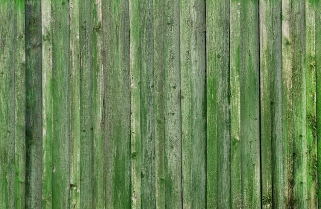 Verde viejo con pared de madera de pintura medio pelado