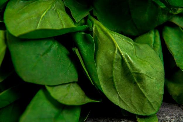 Verdes en la mesa de madera gris