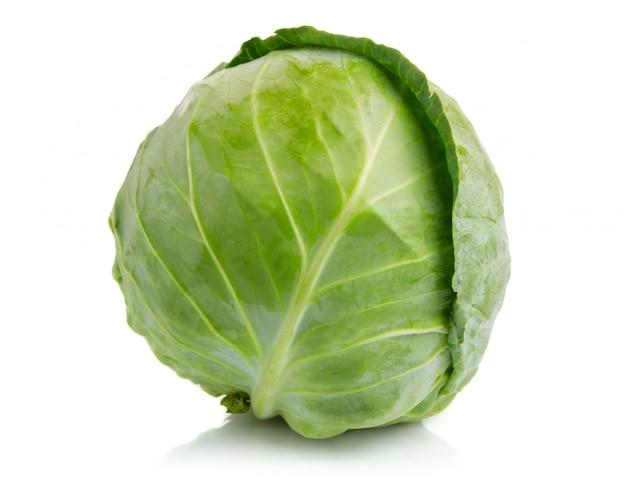 Verdura de la col verde aislada en blanco