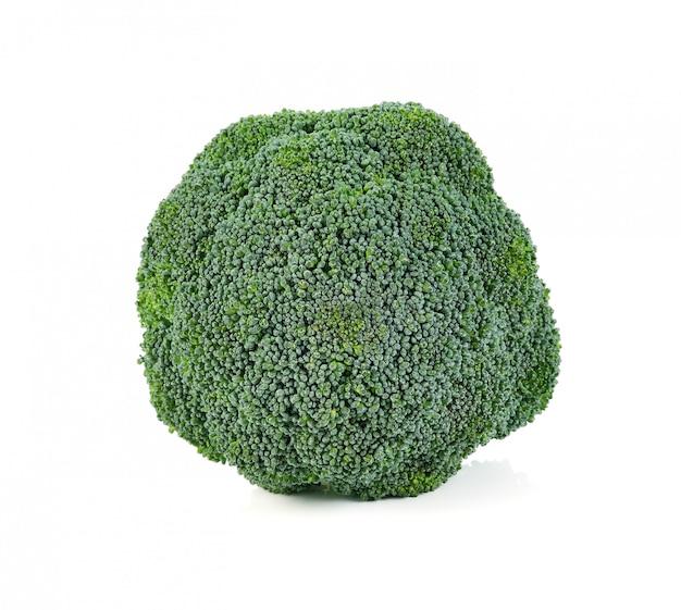 Verdura fresca del bróculi aislada en blanco