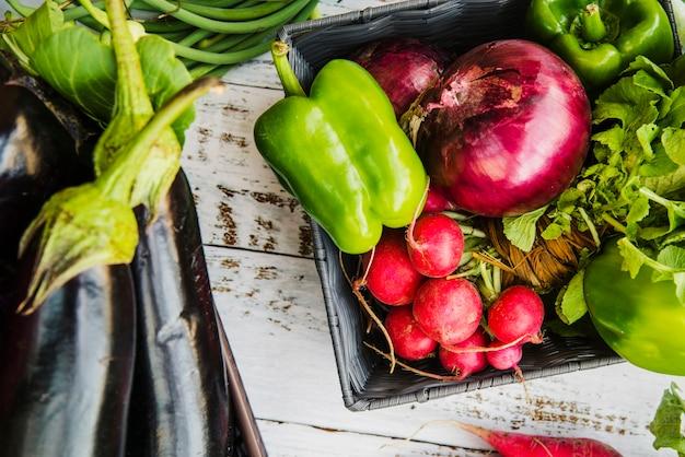 Verdura fresca de la granja en el escritorio de madera