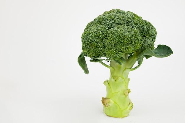 Verdura verde aislada del bróculi en blanco. comida sana.