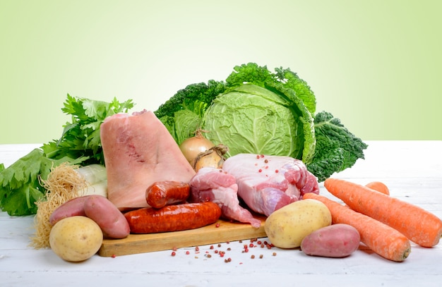 Verduras y carnes para preparar un estofado con repollo