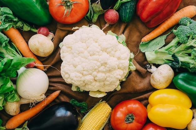 Verduras y coliflor en medio