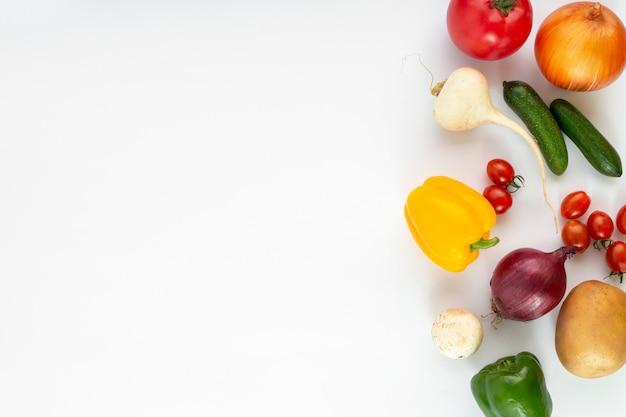 Verduras coloreadas frescas maduras sobre fondo blanco ã âºã â¾ã â¿ã â¸ã'â