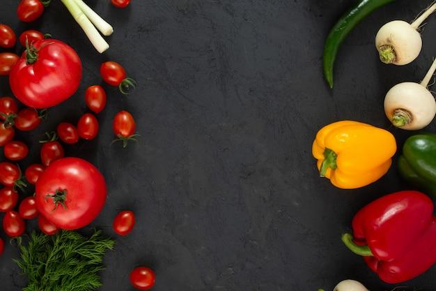 Verduras de colores vegetales frescos de ensalada madura en escritorio gris