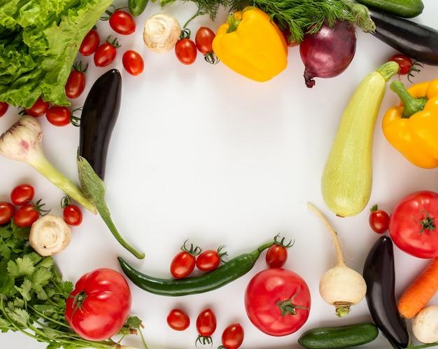 Verduras de colores vegetales frescos de ensalada madura sobre fondo blanco.