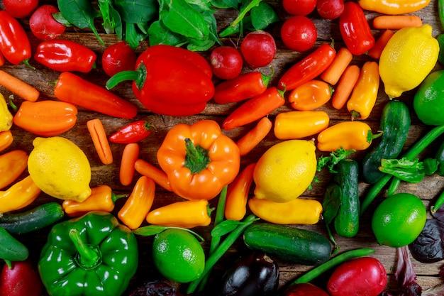 Verduras coloridas, comida orgánica de granja