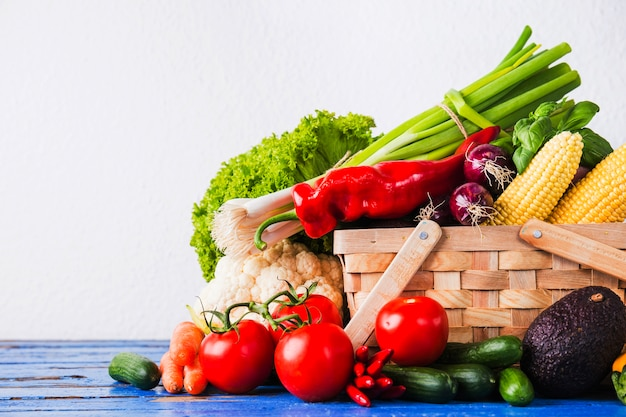 Verduras crudas en la cesta