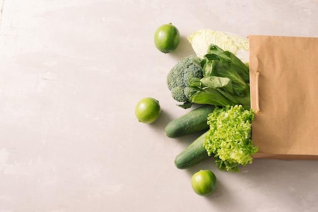 Verduras crudas frescas y jugosas en una compra de papel.