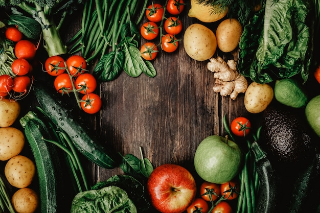 Verduras crudas en la mesa