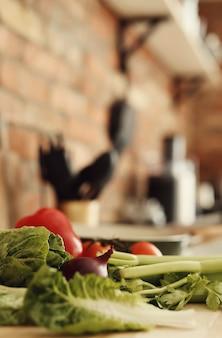 Verduras crudas sobre tabla de madera