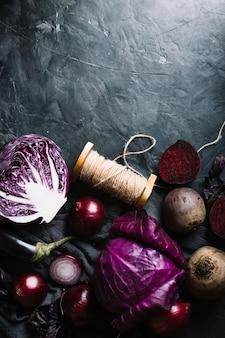 Verduras y cuerda sobre un fondo de espacio de copia de grunge