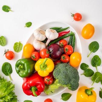 Verduras enteras en un fondo blanco, espacio de la copia.