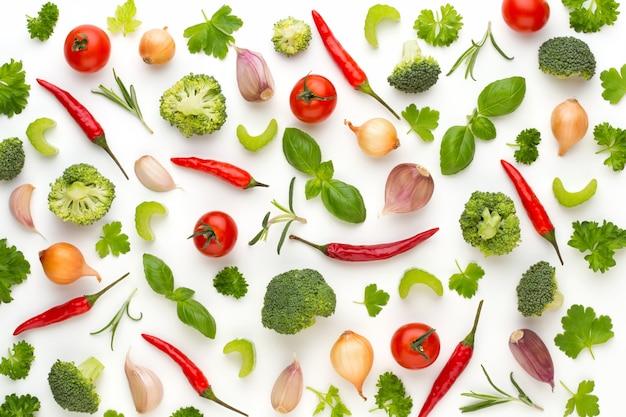 Verduras y especias aisladas sobre fondo blanco, vista superior. papel tapiz de composición abstracta de verduras.