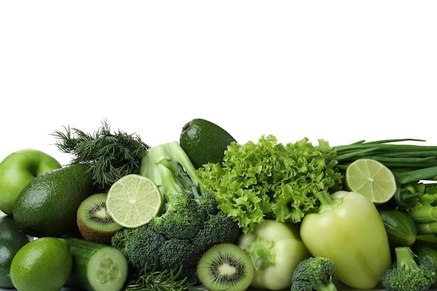 Verduras frescas aisladas sobre fondo blanco.