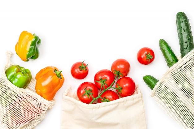 Verduras frescas en bolsa de malla en blanco, vista superior. estilo de vida sostenible.