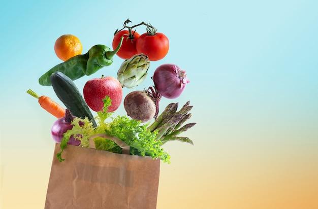 Verduras frescas en bolsa de papel reciclable aislada del fondo