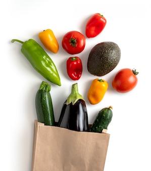 Verduras frescas en bolsa de papel reciclable. contiene trazado de recorte