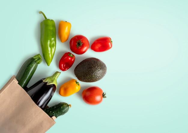 Verduras frescas en bolsa de papel reciclable con espacio de copia