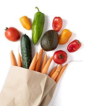 Verduras frescas en bolsa de papel reciclable