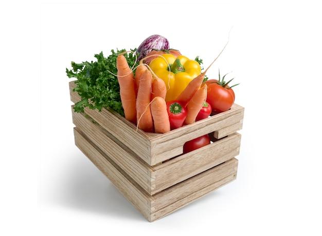 Verduras frescas en una caja de madera aislada