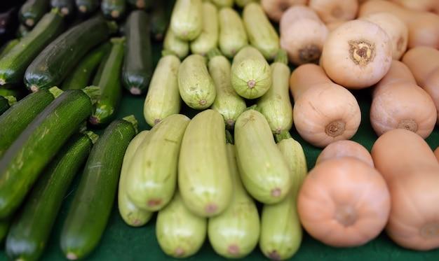 Verduras frescas - calabacín, calabaza y calabaza en el mercado agrícola de agricultores