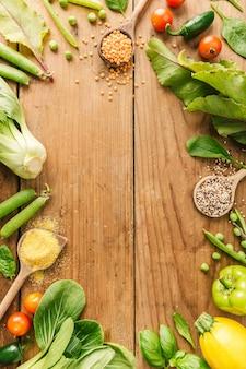 Verduras frescas colocadas en mesa de madera