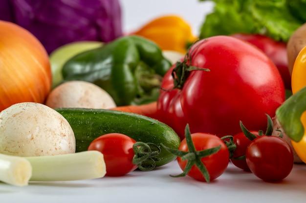 Verduras frescas coloreadas maduras en escritorio blanco