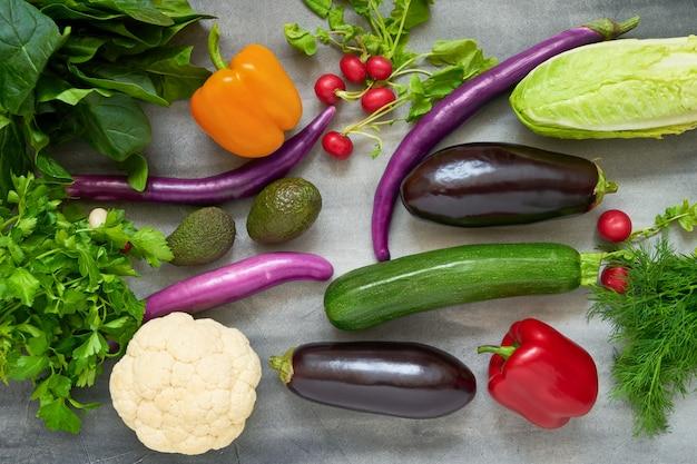 Verduras frescas coloridas en gris