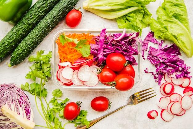 Verduras frescas e ingredientes para ensalada.
