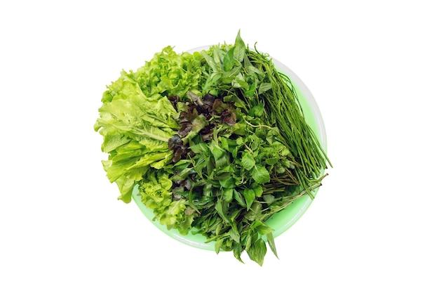 Las verduras frescas están disponibles en la bandeja para alimentos frescos o crudos, aislados en blanco