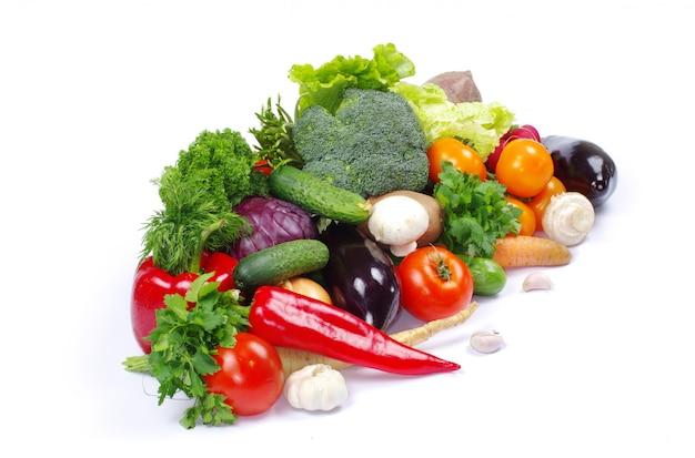 Verduras frescas en el fondo blanco