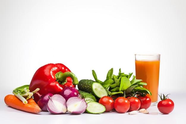 Verduras frescas y jugo de zanahoria