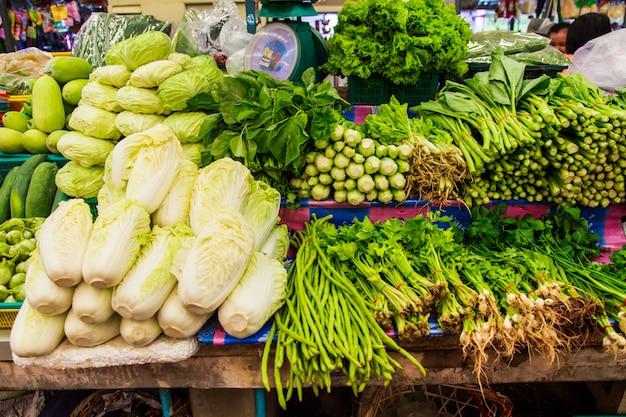 Verduras frescas en el mercado del estante
